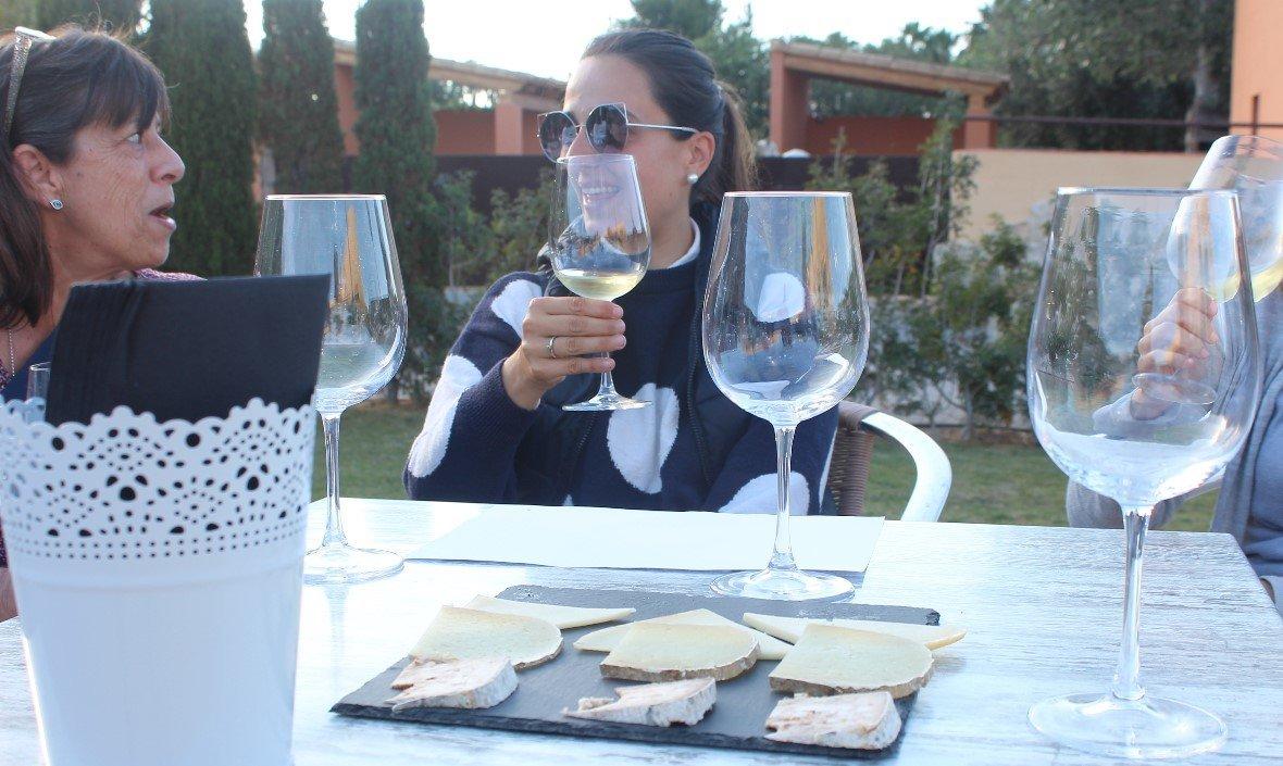 Disfrutando de la cata de vinos y quesos