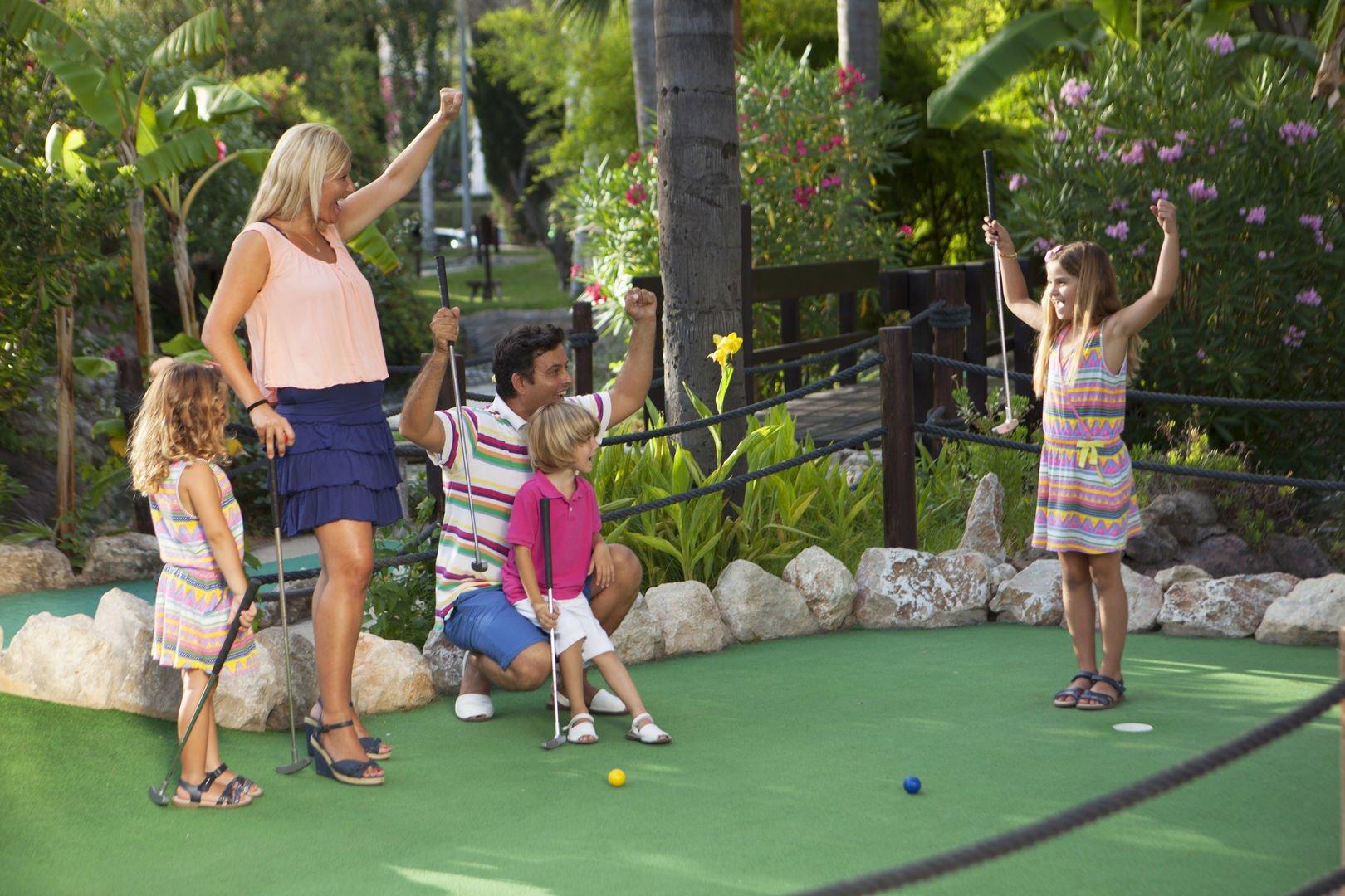 Familia disfrutando de una partida de golf